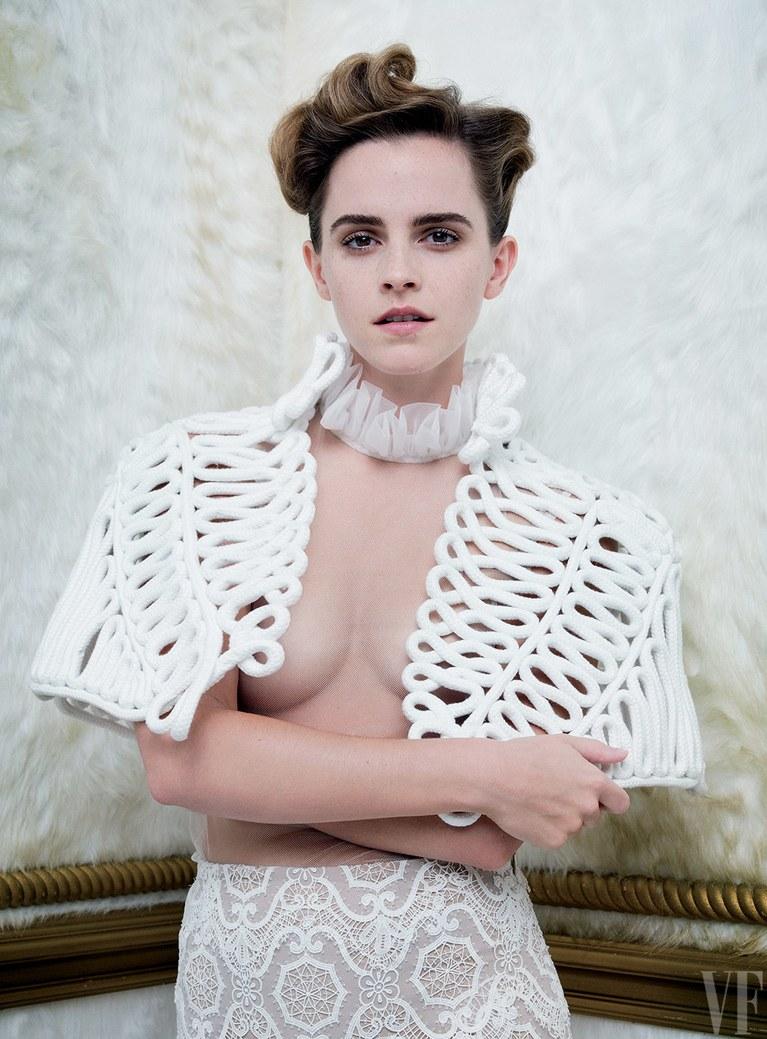 Grafika: Zdjęcie przedstawia Emmę Watson w białym stroju odsłaniającym część piersi.