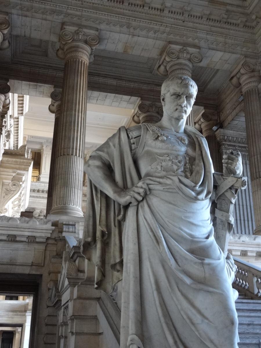 Statue_dedans_le_Palais_de_justice